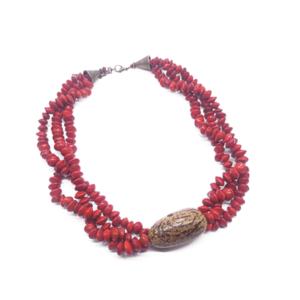 CCollana a tre fili in corallo vegetale con centro in semi di jupati – TAYA
